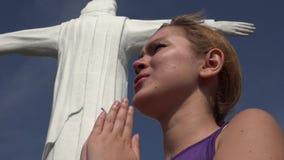 Christian Woman Praying To God banque de vidéos