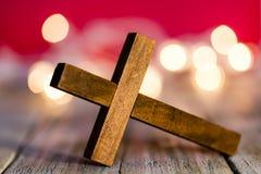 Christian Wooden Cross saint sur un fond rouge abstrait images libres de droits