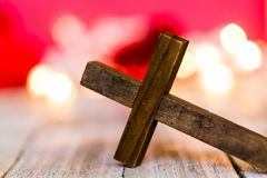 Christian Wooden Cross saint sur un fond rouge abstrait photographie stock libre de droits