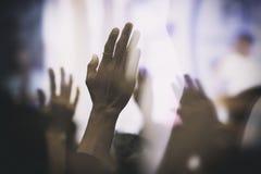Christian Worship com a mão levantada alegre na glória e no amor fotos de stock