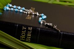 Christianisme - bible sainte et rosaire Photo stock