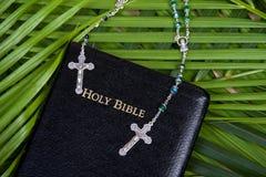 Christianisme - bible sainte et rosaire Images stock