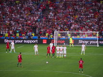 Christiano Ronaldo richtet einen Freistoß aus stockbild