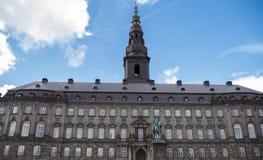 Christiansborg slott i K?penhamnen, Danmark royaltyfria foton