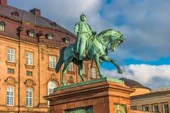 Christiansborgpaleis en standbeeld van Christen IX die in vroege ochtend, Kopenhagen, Denemarken wordt verlicht royalty-vrije stock fotografie