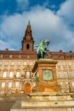 Christiansborgpaleis en standbeeld van Christen IX in vroege ochtend, Kopenhagen, Denemarken wordt verlicht dat royalty-vrije stock foto