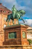 Christiansborgpaleis en standbeeld van Christen IX in vroege ochtend, Kopenhagen, Denemarken wordt verlicht dat stock fotografie