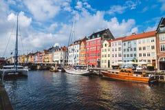 Christianshavn-Hafen in Kopenhagen, Dänemark - September, 24., 2015 Bunte skandinavische Häuser und private Boote reflektierten s Stockfotografie