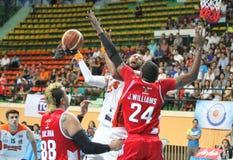 Christien Charles neemt aan het schot in een ASEAN-Basketballiga  Stock Foto