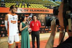 Christien Charles (W) och Leo Austria (R) intervju för ASEAN-basketliga  Arkivbild