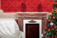 Christimas-Innenraum im roten Weinleseraum Stockbild
