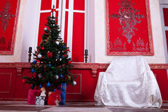Christimas-Innenraum im roten Weinleseraum Lizenzfreie Stockbilder