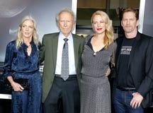 Christina Sandera, Clint Eastwood, Alison Eastwood e Stacy Poitras immagini stock