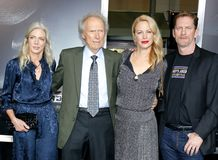 Christina Sandera, Clint Eastwood, Alison Eastwood y Stacy Poitras imagen de archivo