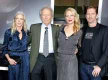 Christina Sandera, Clint Eastwood, Alison Eastwood y Stacy Poitras imagenes de archivo