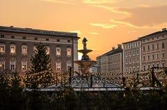 Christkindlmarkt famoso salzburg com a árvore de Natal iluminada Imagem de Stock Royalty Free