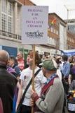 Christliche Festival-Geher halten Fahnen Lizenzfreie Stockfotografie
