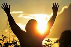 Christliche Frau betet an u. preist den Gott, der für beantwortetes Gebet hofft Stockbild