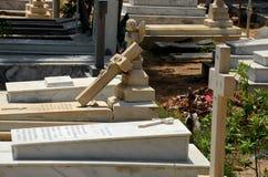 Christliche Gräber mit Kreuzen und Finanzanzeigen am christlichen Friedhofskirchhof Karatschi Pakistan stockfotos