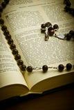 Christliche heilige Bibel mit Kruzifix Stockfotos