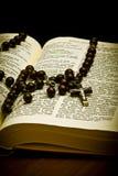 Christliche heilige Bibel mit Kruzifix Stockfotografie