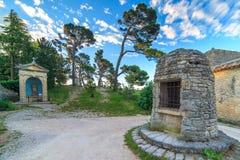 Christliche Kapelle in wenigem Dorf lizenzfreies stockbild
