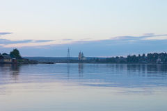 Christliche Kirche auf dem See an der Dämmerung Lizenzfreies Stockfoto