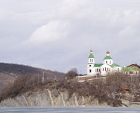 Christliche Kirche auf einem Hügel Stockfoto