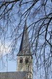 Christliche Kirche gesehen hinter den Niederlassungen eines Baums Stockbilder