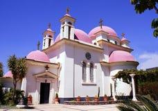 Christliche Kirche mit rosa Hauben in Israel Stockfotos
