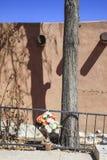 Christliche Rosenbeetblumen und blauer Himmel Lizenzfreie Stockfotografie