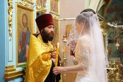 Christliche Zeremonie der orthodoxen Kirche der Hochzeit Lizenzfreies Stockfoto
