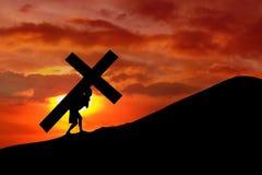 Christlicher Hintergrund - Mann, der ein Kreuz trägt Stockfoto