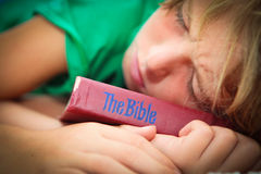 Christliches Kind mit Bibel Lizenzfreies Stockfoto