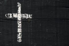 Christliches Kreuz auf einer dunkelgrauen Holzoberfläche lizenzfreies stockfoto