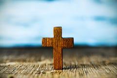 Christliches Kreuz auf einer Holzoberfläche stockfotos