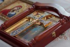 Christliches Kreuz auf Ikone Stockfotos