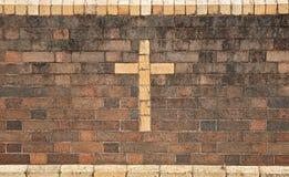 Christliches Kreuz in der Backsteinmauer lizenzfreies stockfoto