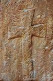 Christliches Kreuz in der Steinarbeit einer Kapellenwand Lizenzfreies Stockbild