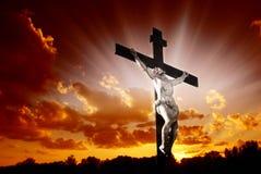 Christliches Kreuz im Sonnenaufgang Lizenzfreies Stockfoto