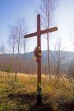 Christliches Kreuz im Wald Lizenzfreie Stockbilder