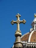 Christliches Kreuz mit Basilika im Hintergrund Lizenzfreie Stockbilder