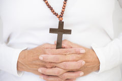 Christliches Kruzifix und betende Hände Lizenzfreies Stockfoto