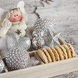 与焦糖奶油和核桃的脆饼饼干,圣诞节装饰和圣诞节天使在一个木箱 自创Christma 免版税库存图片
