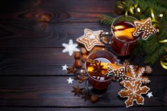 Christmas background with mulled wine and gingerbread cookies de stock photos
