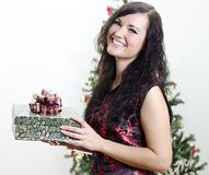 Christmas: brunette girl with gift Royalty Free Stock Images