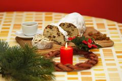 Christmas cake and advent wreath Stock Photography