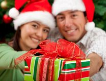 Christmas couple with a present Royalty Free Stock Photos