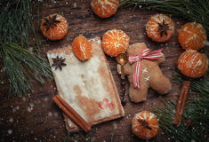 Christmas decaradio sets. Gingerbread little men with tangerines, cinnamon and an anisetree. Stock Photo