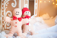 Christmas decor: gingerbread house and gingerbread men Royalty Free Stock Image